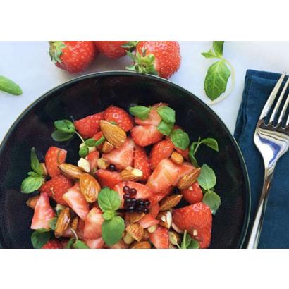 Salade de fraises au basilic, amande & perle de balsamique noire
