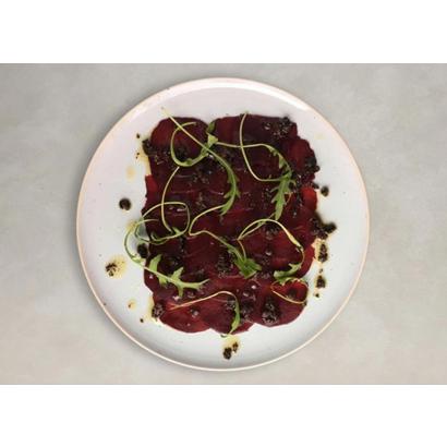 Carpaccio à la betterave rouge avec vinaigrette à la tapenade noire