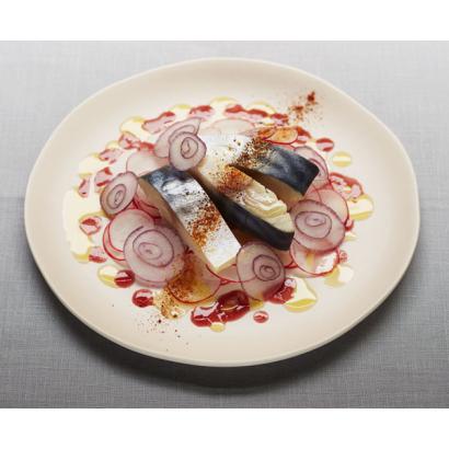 Maquereau mariné, vinaigre à la pulpe de framboise & huile au citron pressé vert